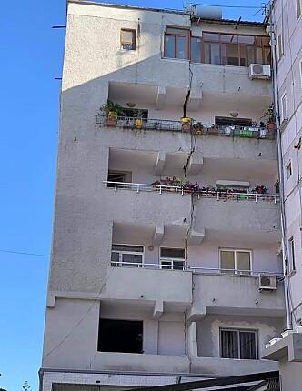 En boligblokk har fått en lang sprekk i fasaden etter et jordskjelv i Albania lørdag. Foto: AP / NTB scanpix