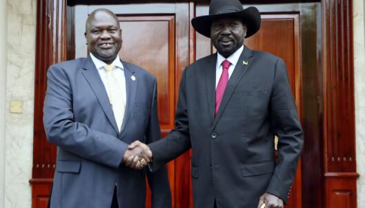 Sør-Sudans president Salva Kiir (t.h.) og rivalen Riek Machar (t.v.) kastet i 2013 landet ut i en brutal borgerkrig som kostet nærmere 400.000 mennesker livet og drev millioner på flukt. Foto: AP / NTB scanpix