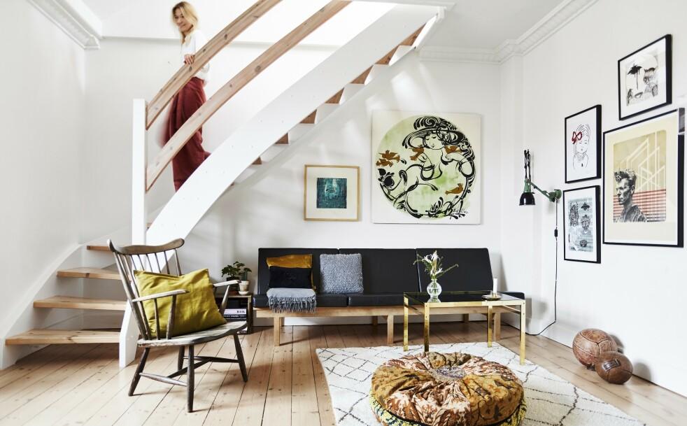 INTERIØR: Hvis du bryter møblenes stramme linjer med myke materialer, som for eksempel puter, får du rommet til å virke innbydende og koselig. FOTO: Lasse Wind