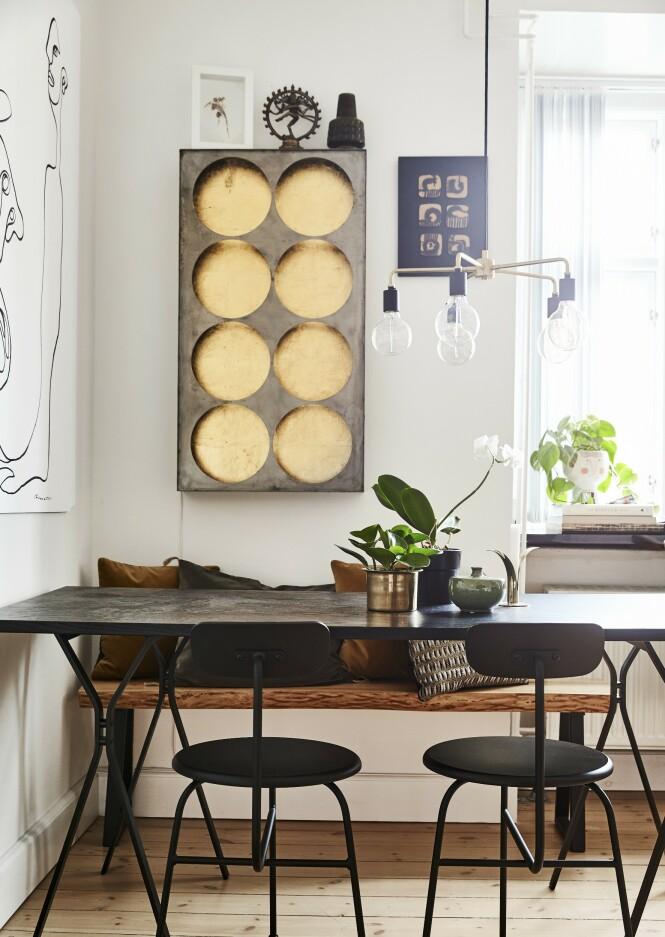 Veggdekorasjonen er en lampe fra et diskotek i Berlin som er kjøpt fra Lebencph.dk. Spisebordet, stolene og pendelen er fra Menu og kjøpt brukt på Dba.dk. Urtepotteskjuleren i vinduskarmen er fra Meyer-Lavigne. FOTO: Lasse Wind