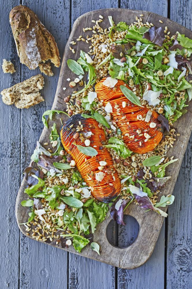 Her er det butternutsquash som bakes som hasselbackpoteter og serveres med en fyldig salat. Tips! Spis minst én vegetarisk middag i uka, og prøv gjerne å bake en butternutsquash som hovedingrediens. FOTO: Winnie Methmann