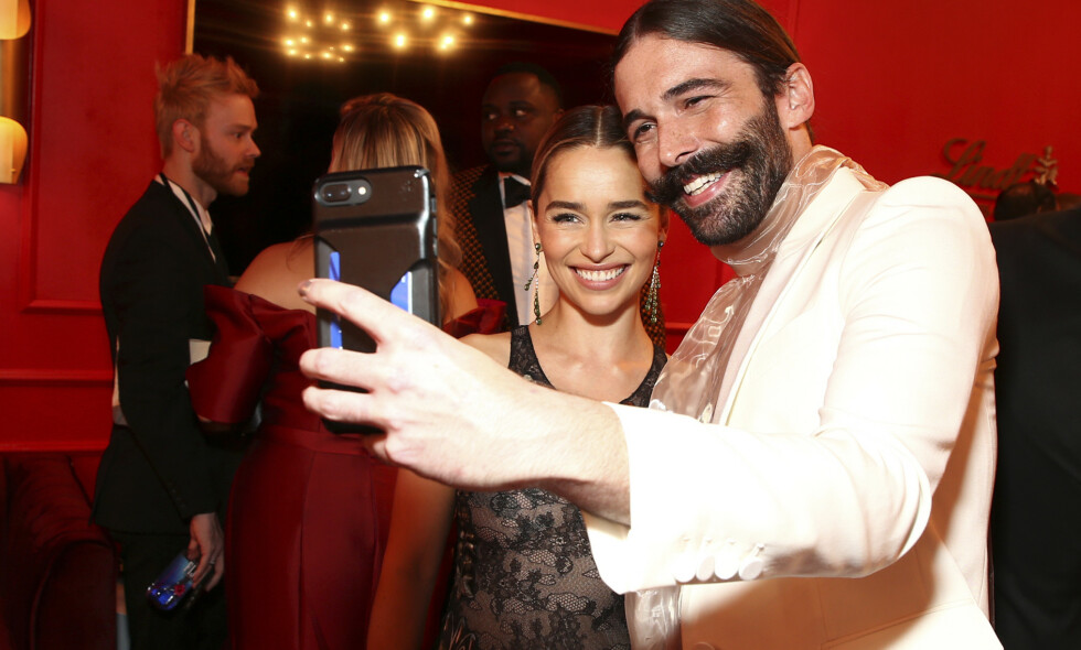 HIV- POSITIV: I sin nye selvbiografi står «Queer Eye»-stjernen Jonathan van Ness fram som både offer for seksuelt overgrep og som hiv-positiv. Her med «Game of Thrones»-stjernen Emilia Clarke på Emmy Awards i fjor. Foto: John Salangsang/Invision for the Television Academy/AP Images/ NTB scanpix
