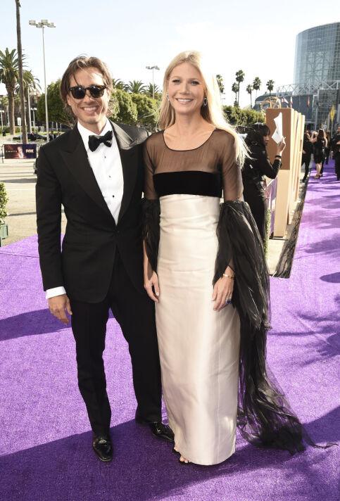 Å RØD LØPER: Ekteparet Brad Falchuk og Gwyneth Paltrow ankom Primetime Emmy Awards i Los Angeles søndag lokal tid. Foto: NTB Scanpix