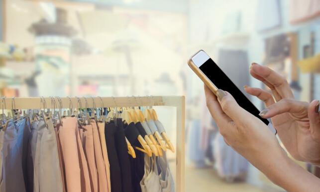 PRISSJEKK: Åtte av ti forbrukere sjekker priser på nett før de eventuelt går til en fysisk butikk. Vi handler på nett fordi det er raskt, enkelt og billig. Foto: Shutterstock/NTB Scanpix.