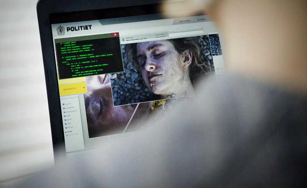 Her hacker Ada seg inn på politi-PC-en i Beforeigners for å stjele sensitive opplysninger fra en etterforskning. Vi har valgt å etterforske nøyaktig hva som foregår på skjermen der. Sannheten vil neppe sjokkere deg, med mindre du er ekstremt lett å sjokkere, da. 📸: Skjermdump fra HBO Nordic
