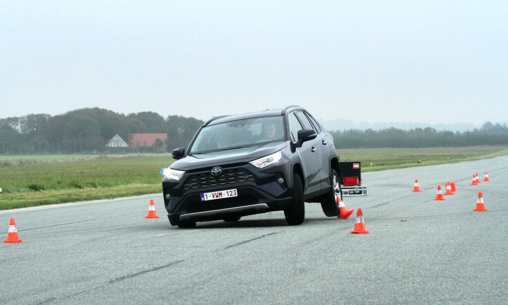 IKKE DRAMATISK: Det kan se dramatisk ut når en fullastet bil kastes fra side til side, men Toyota Rav4 klarte vår elgtest i høyere hastighet enn mange av konkurrentene. Foto: Rune Korsvoll