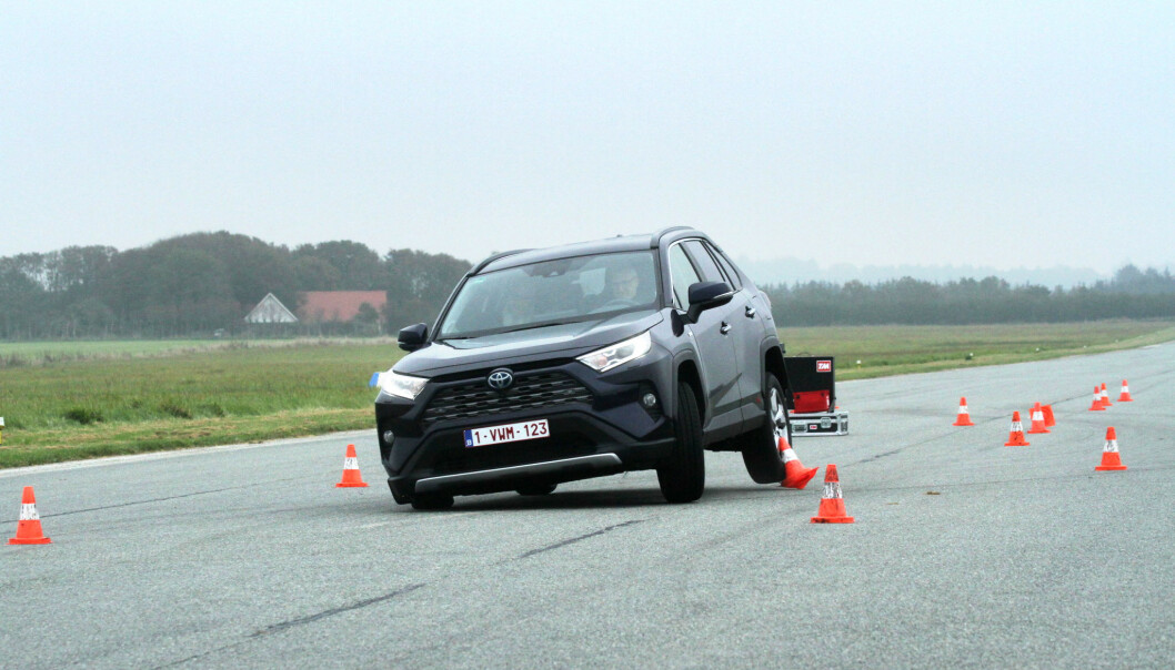 <strong>IKKE DRAMATISK:</strong> Det kan se dramatisk ut når en fullastet bil kastes fra side til side, men Toyota Rav4 klarte vår elgtest i høyere hastighet enn mange av konkurrentene. Foto: Rune Korsvoll
