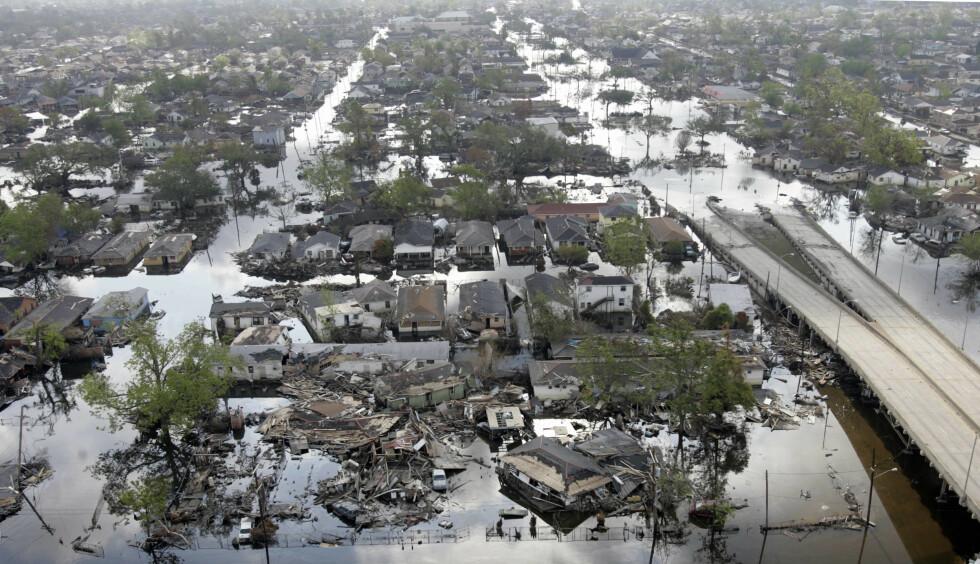 ÅRLIGE FLOMMER: Dette bildet fra 2005 viser et område i New Orleans som ble rammet av oversvømmelse etter orkanene Katrina og Rita. Klimapanelet lanserte i dag en rapport som forteller at det som tidligere var hunderårsflommer langs verdens kystområder, vil være årlige fenomener fra 2050. Foto: Robyn BECK / AFP