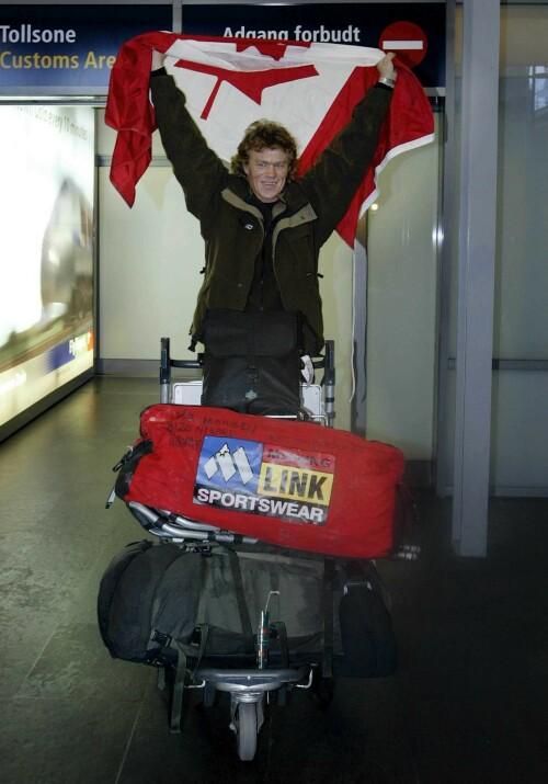 KJENT: Her ankommer Lars Monsen Gardermoen etter å ha fullført verdens lengste villmarksekspedisjon, Canada på tvers, i 2002. Det skriver han også om i boka. Likevel er det historiene fra privatlivet som overrasker. Foto: NTB Scanpix