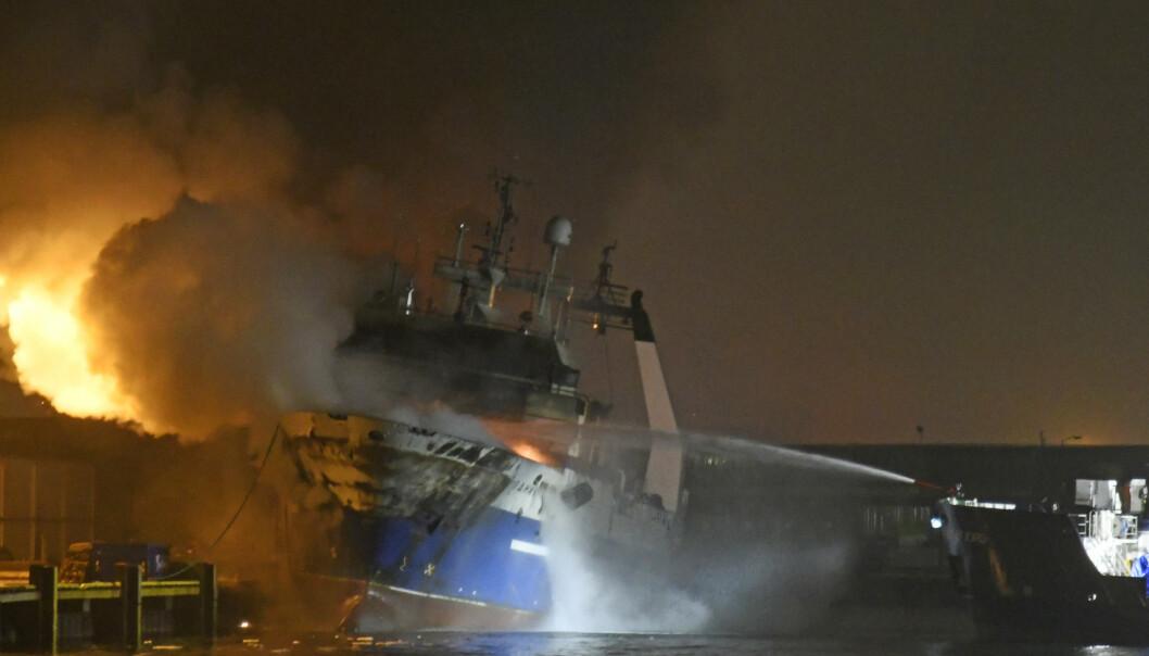 Det brenner fremdeles kraftig på den russiske tråleren, i natt, ved kai i Breivika Havn i Tromsø. Foto: Rune Stoltz Bertinussen / NTB scanpix