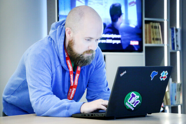 Dagbladet-utvikler Tor Henning Ueland kan ett og annet om hacking og den slags, som avslørt av Tor-klistremerket på Thinkpad-en. 📸: Ole Petter Baugerød Stokke