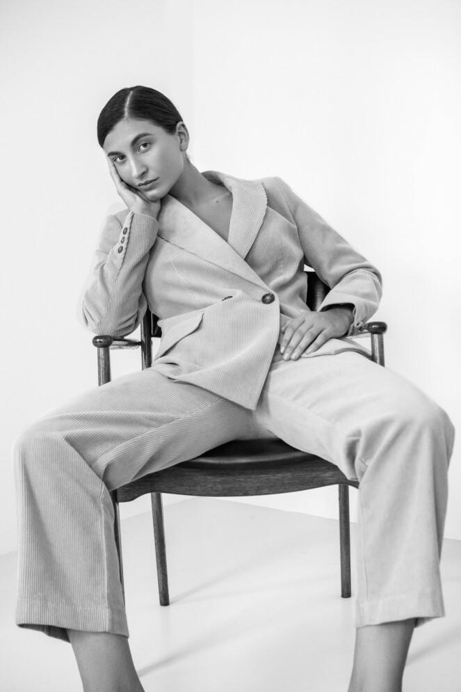 <strong>INGEN PLAGG SOM DRESSEN:</strong> Motejournalisten og Influenseren forteller at det for henne ikke finnes et like anvendelig plagg som dressen. Foto: Youna Baupoux.