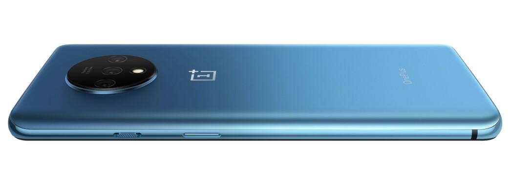 <strong>PEN:</strong> Nye OnePlus 7T har et pent design. Den ser ut som den er av metall, men er egentlig av glass. Foto: OnePlus