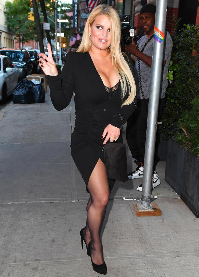 VISTE SEG: Det var en selvsikker Jessica Simpson som viste seg fram i en tettsittende kjole i New York tidligere denne uken. Foto: NTB Scanpix