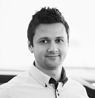 <strong>BRUKTBIL:</strong> Hyundai-salgsleder Leonid Trufanov hos Birger N. Haug i Oslo forklarer at biler med kontrakt er bindende, og at de må selges som «bruktbiler» om kunden ombestemmer seg. Foto: Birger N. Haug