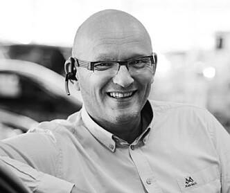 <strong>- MARKEDET STYRER:</strong> Bruktbilsjef Agnar Fosmo hos Birger N. Haug i Oslo ser ingen betenkeligheter i å selge «ubrukte» Hyundai Kona Electric med profitt. Foto: Birger N. Haug