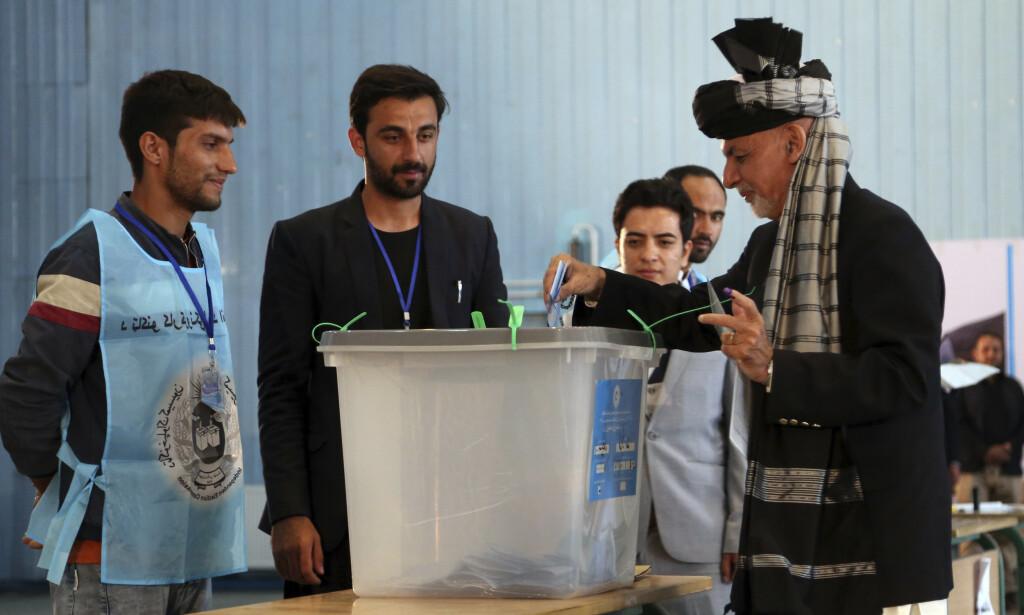 President Ashraf Ghani legger sin stemme ned i en valgurne på en skole i Kabul. Rahmat Gul / AP / NTB scanpix