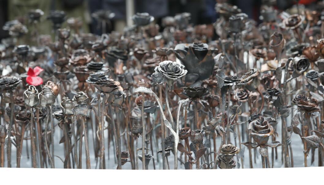 Byrådsleder Raymond Johansen og leder støttegruppa for 22. juli Lisbeth Røyneland avduker Jernrosen. Lørdag ble monumentet Jernrosen avduket ved Oslo domkirke. Foto: Terje Bendiksby / NTB scanpix