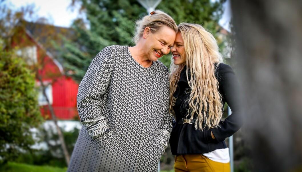 NÆRT FORHOLD: Annikken Annexstad og datteren Christine Mølmann Annexstad har vært mer venninner enn mor og datter. Da Annikken fikk diagnosen Alzheimers sykdom flyttet Christine fra Oslo og hjem til Nord-Norge for å passe på moren. Foto: Petter Strøm/ NRK