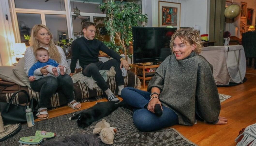 TRE GENERASJONER: Hele familien samlet: Christine med sønnen William Krisander (2) på fanget. Sigurd og Annikken. Det var stort for Annikken å bli bestemor. Barnebarnet er til stor glede for henne. Foto: Privat