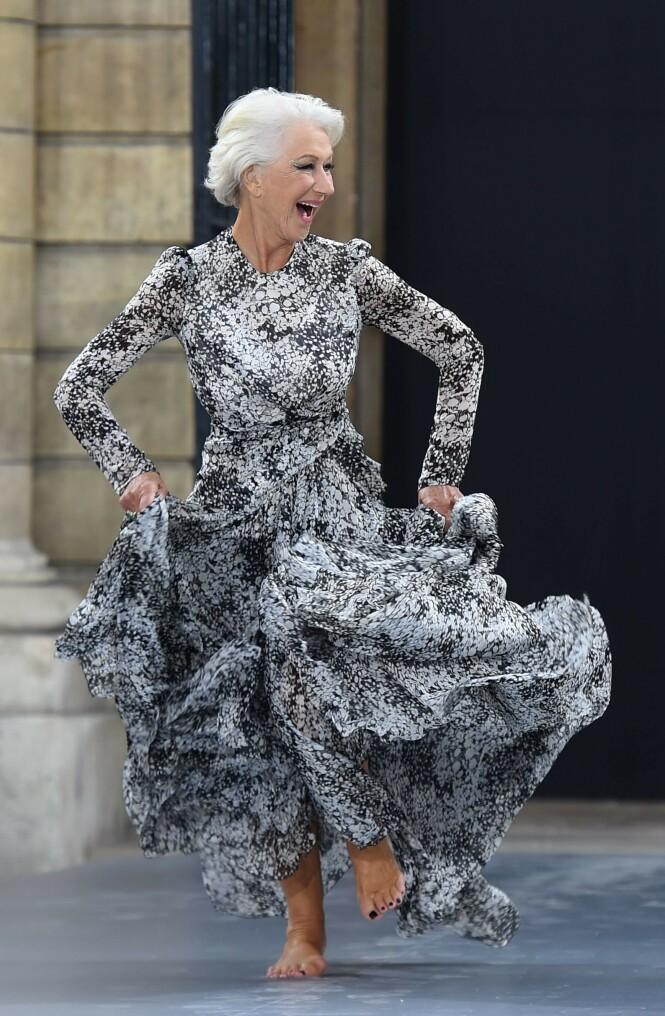 BARBEINT: Her løper 74-åringen inn på catwalken i Paris. Foto: Scanpix