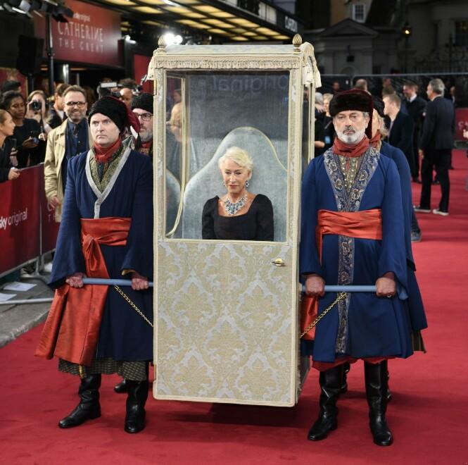 PÅ PREMIERE: Helen Mirren ankommer den røde løperen. Foto: Scanpix