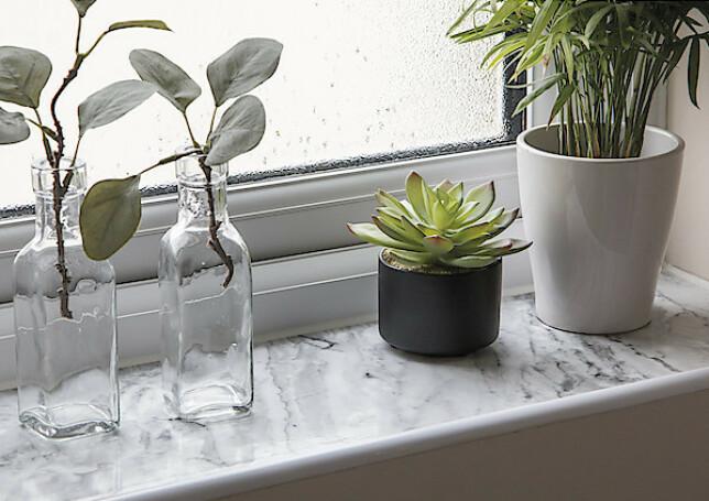 STILIG: Selvheftende dekorplast hjelper deg med å fornye hjemmet og interiøret ditt enkelt – her i form av elegant marmor-mønster i en vinduskarm. Folien kan klippes til ønsket størrelse og form.