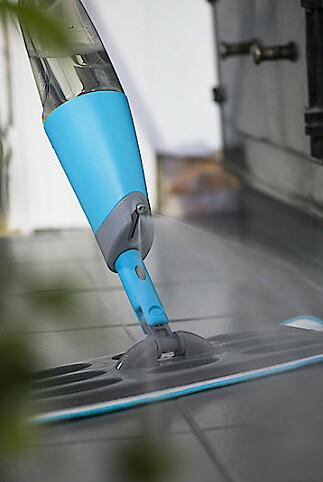 MINDRE STREV: Den vaskbare kombimoppen av mikrofiber både rengjør og polerer.