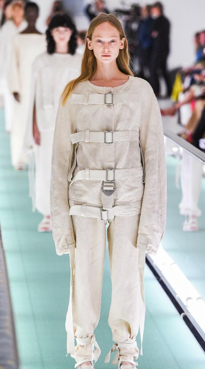 SKAPTE REAKSJONER: Kritikken har haglet etter at Gucci brukte tvangstrøye-liknende design på catwalken. Foto: NTB Scanpix