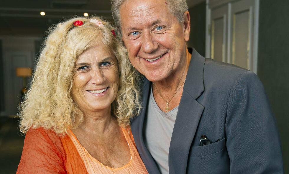 MANGE GODE MINNER: Rune Larsen og kona Edle sammen på artisten og programlederens 70-årsfest i fjor. Nå har Rune flyttet ut av parets hjem. Foto: Tore Skaar/ Se og Hør