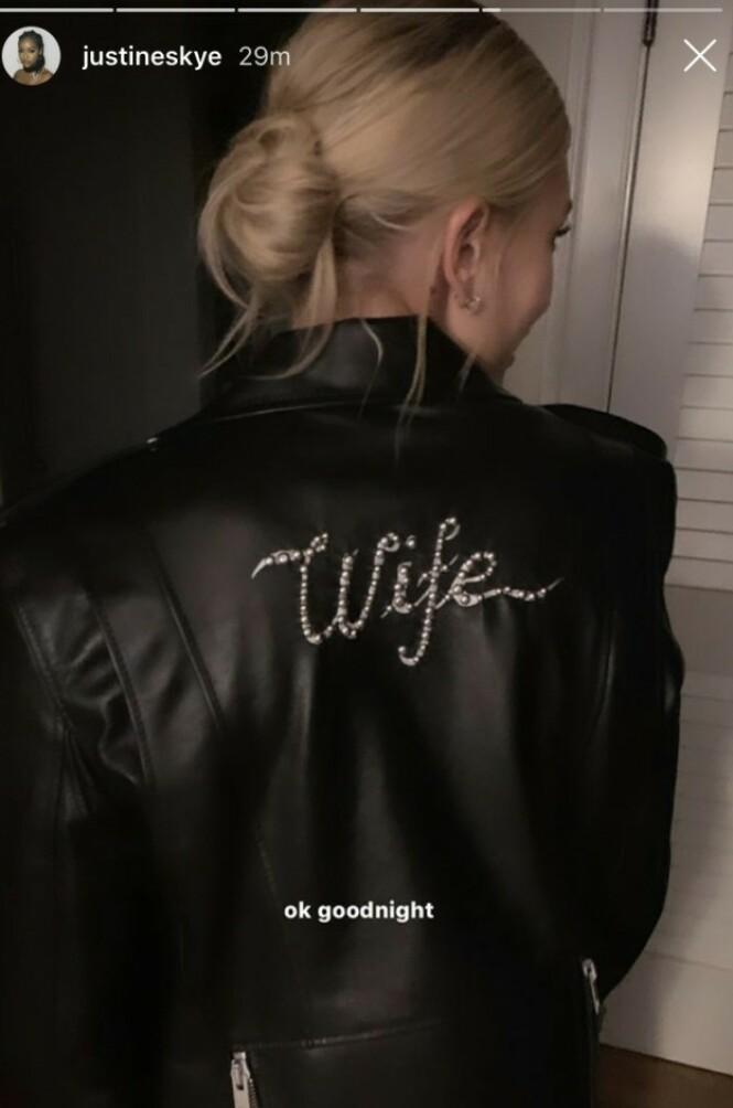 EGEN SKINNJAKKE: Hailey Bieber tok på seg en skinnjakke med «wife» skrevet på ryggen. Foto: Skjermdump fra Instagram