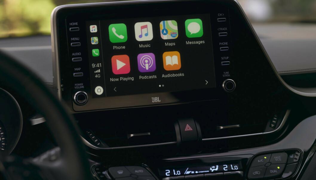 <strong>NY SKJERM:</strong> Både Apple Carplay og Android Auto skal fungere optimalt på oppgraderte C-HR. Toyota samarbeider også med hifi-produsenten JBL. Foto: Toyota