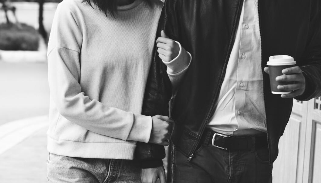 DATING: Det trenger ikke å være dyrt å dra på date. Hva med en kaffe og gåtur? FOTO: NTB scanpix