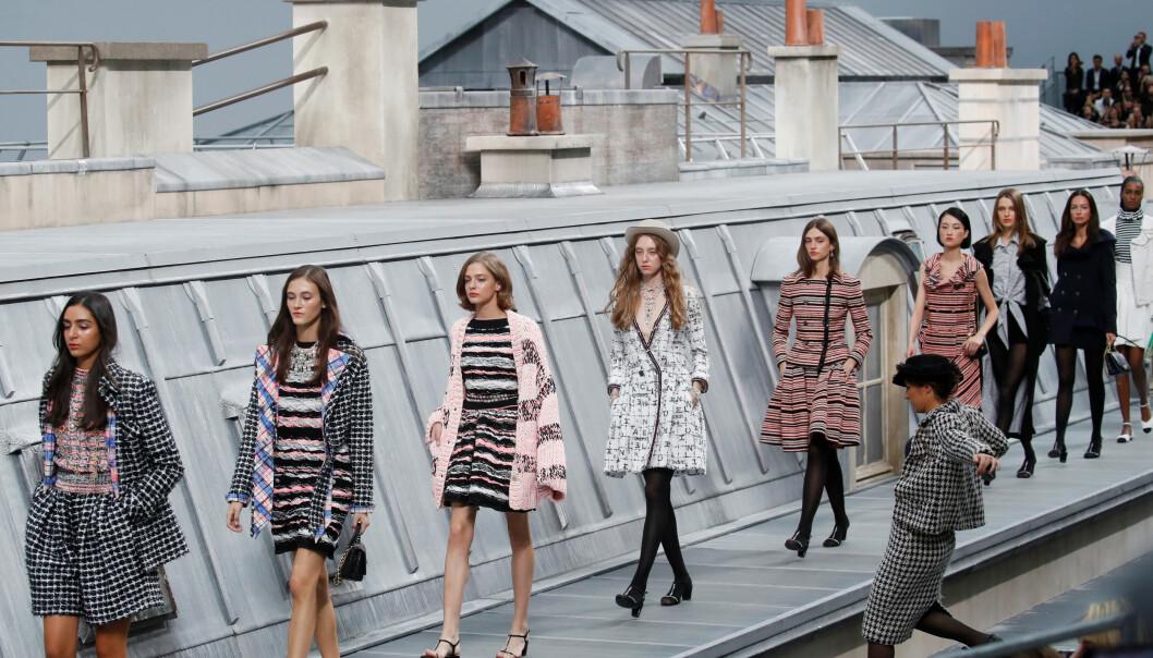 OVERRASKET ALLE: Her stormer en sosiale medier-profil Chanel-visningen. Foto: Scanpix