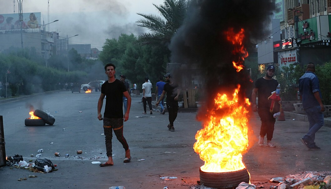 Over 1.000 demonstranter støtte tirsdag sammen med sikkerhetsstyrker i sentrum av Iraks hovedstad Bagdad. Foto: AP / NTB scanpix