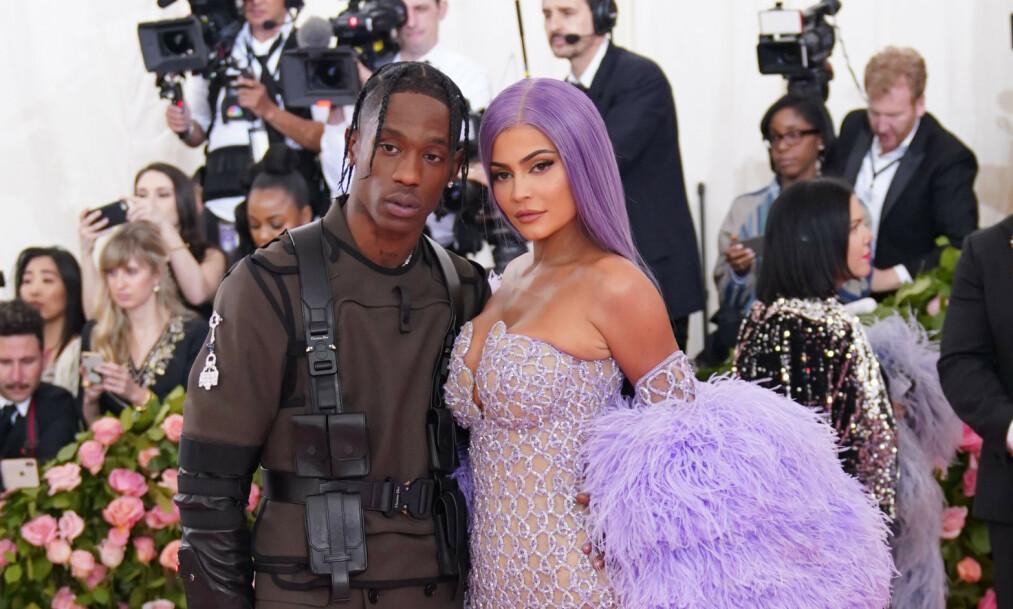 ANGIVELIG BRUDD: Realitystjernen Kylie Jenner og kjæresten Travis Scott skal i følge en rekke amerikanske kjendismedier ha gjort det slutt for en periode. Foto: NTB Scanpix