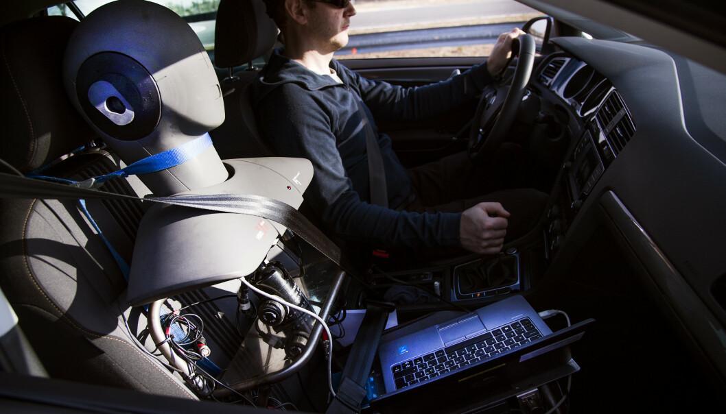 <strong>STØYMÅLING:</strong> Støyen i bilene måles med dette apparatet som er bygget for å etterlikne vårt øre, men kompletteres med en blindtest gjort av tre førere. Foto: Lasse Allard.