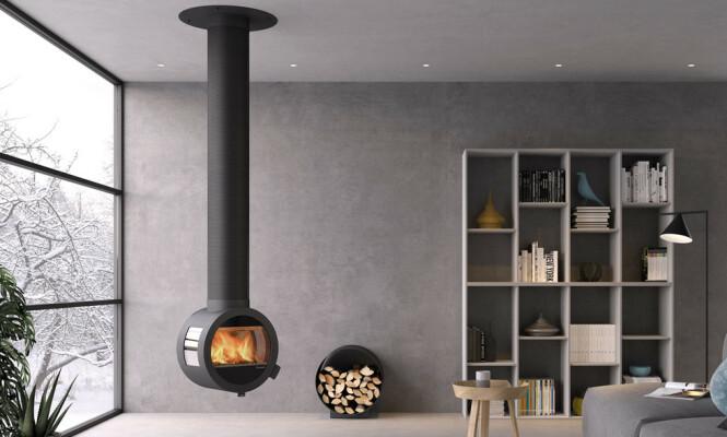 <strong>MER GULVPLASS:</strong> Eksempel på en vedovn som henger rett på skorsteinen, gir mer gulvplass og gjør det enklere å holde det rent rundt ovnen. Foto: Produsent / Nordpeis.no.
