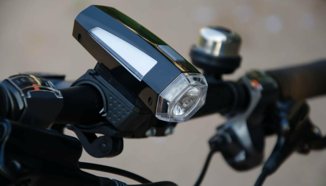 <strong>VEND NED:</strong> La sykkellykta være vinklet ned mot bakken, slik at den ikke lyser rett i øynene til møtende trafikk og fotgjengere. Foto: Shutterstock/NTB Scanpix.