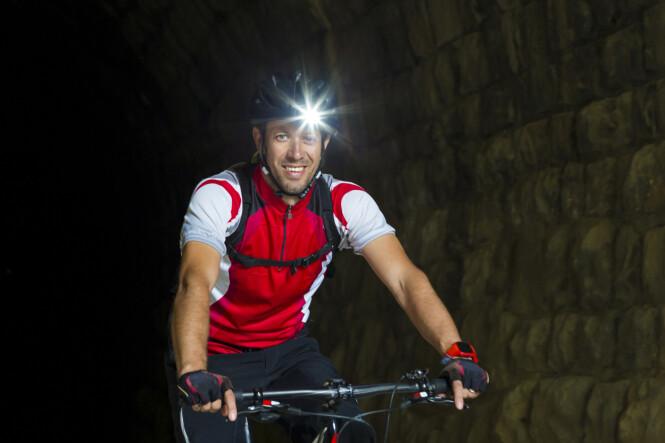 <strong>FINN ÉN FEIL:</strong> Denne syklisten har kun lys på hjelmen, ikke sykkelen. Dermed oppfyller ikke syklisten kravene til lys på sykkelen. Illustrasjonsfoto: Shutterstock/NTB Scanpix.