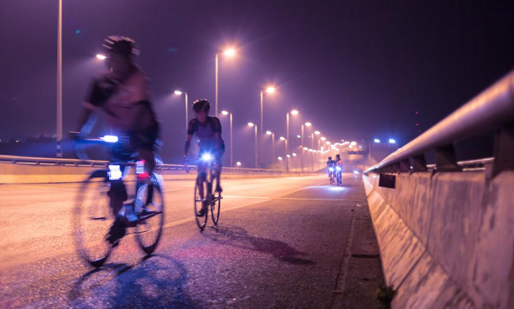 <strong>NOK LYS:</strong> Du har lykter på sykkelen din for å bli sett, noe som er pålagt og veldig viktig, spesielt når det blir mørkere. Men, tenk over hvor mye lys du faktisk trenger ut fra hvor du sykler, samt hvordan det skal være for medsyklister å møte deg på sykkelstien. Foto: Shutterstock/NTB Scanpix.