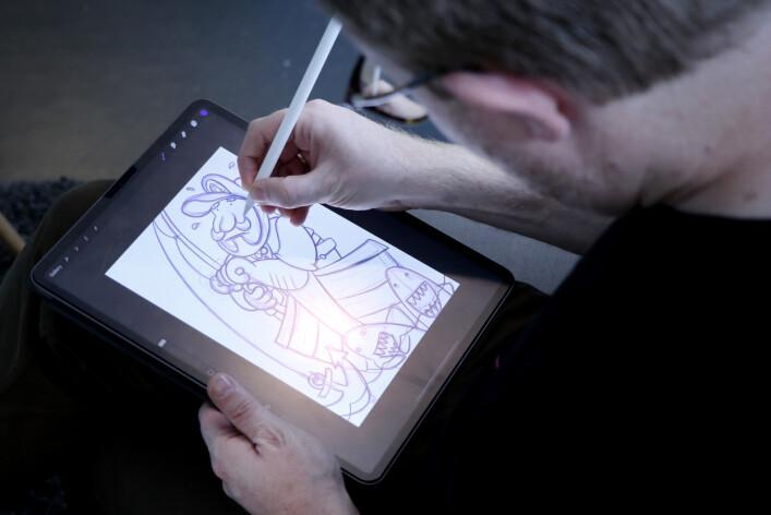 Jørgen brukte 12.000 kr på en maskin for å lage rare illustrasjoner med appen ProCreate. 📸: Ole Petter Baugerød Stokke