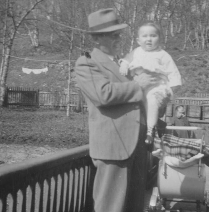 PÅ FARS ARM: Lille Ruth på pappa Selliks arm da det ennå var lykkelige tider i familien Sakolsky. FOTO: Jødisk Museum