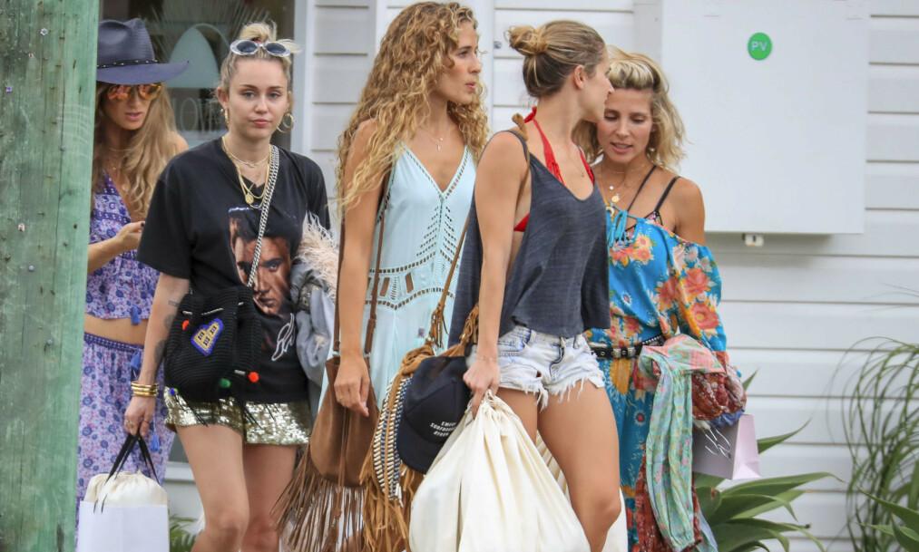 <strong>SINTE:</strong> Familen til Miley Cyrus sin eksmann, Liam Hemsworth, skal være lite fornøyde med hvordan popstjernen har oppført seg. Her er Miley (t.v.) på shopping med blant andre tidligere svigerinne Elsa Pataky (ytterst t.h.) da hun besøkte Liams hjemsted Byron Bay ved årsskiftet 2017/ 2018. Foto: NTB scanpix