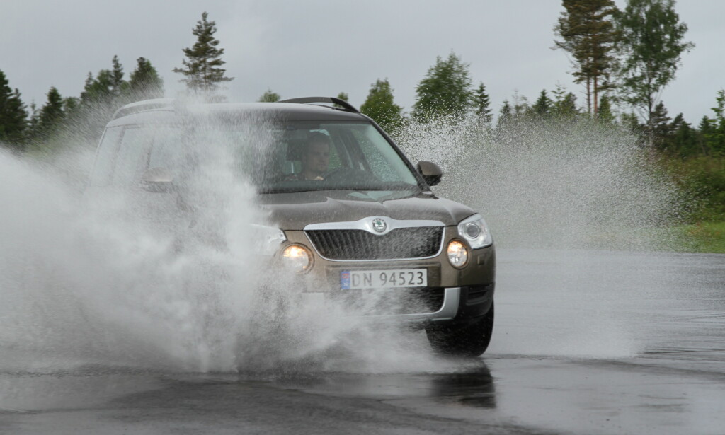 IKKE GJØR DETTE: Ikke kjør bilen i vann som er dypere enn 20 centimeter. Hvis du likevel må, så kjør sakte slik at du ikke ødelegger lykter, elektronikk og register. Foto: Rune Korsvoll