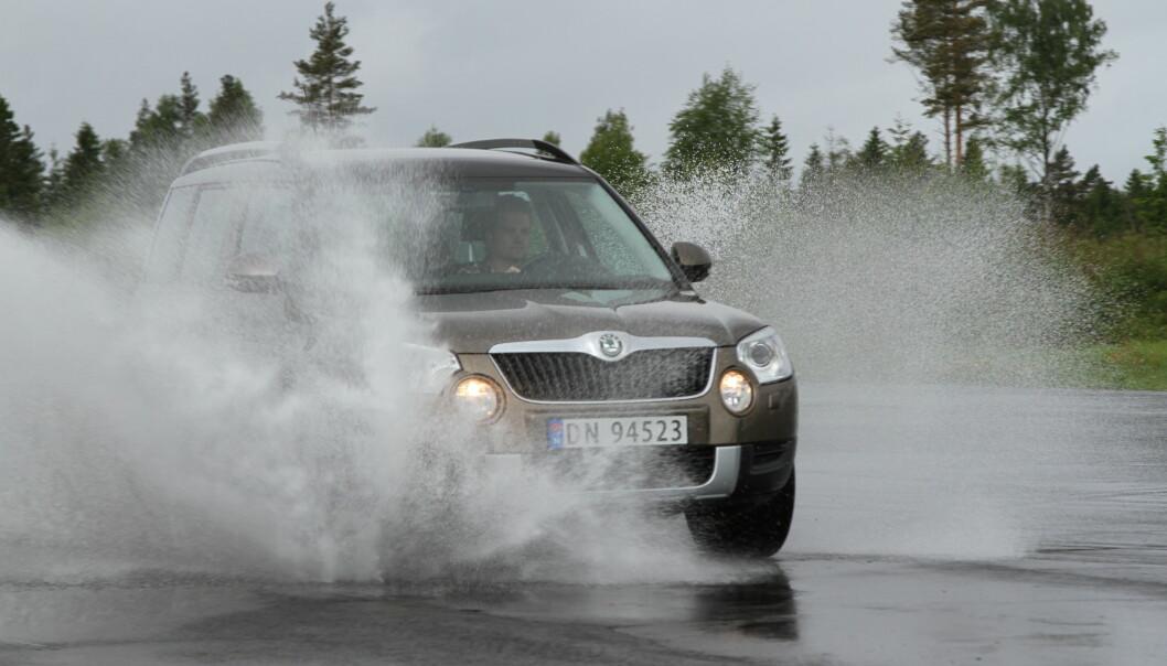 <strong>IKKE GJØR DETTE:</strong> Ikke kjør bilen i vann som er dypere enn 20 centimeter. Hvis du likevel må, så kjør sakte slik at du ikke ødelegger lykter, elektronikk og register. Foto: Rune Korsvoll