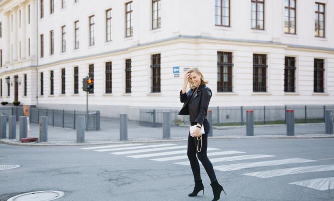 DETALJENE TELLER: Mest svart og basic, med et lyst blikkfang i hånden. I «Stilkoden» forklarer Vanessa Rudjord hvorfor du skal prioritere de klærne man umiddelbart ikke legger merke til. Foto: Julie Pike