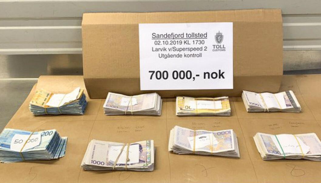 Tyskeren hadde gjemt 700.000 kroner i kontanter under gulvmatta i bilen. Foto: Tollvesenet / NTB scanpix