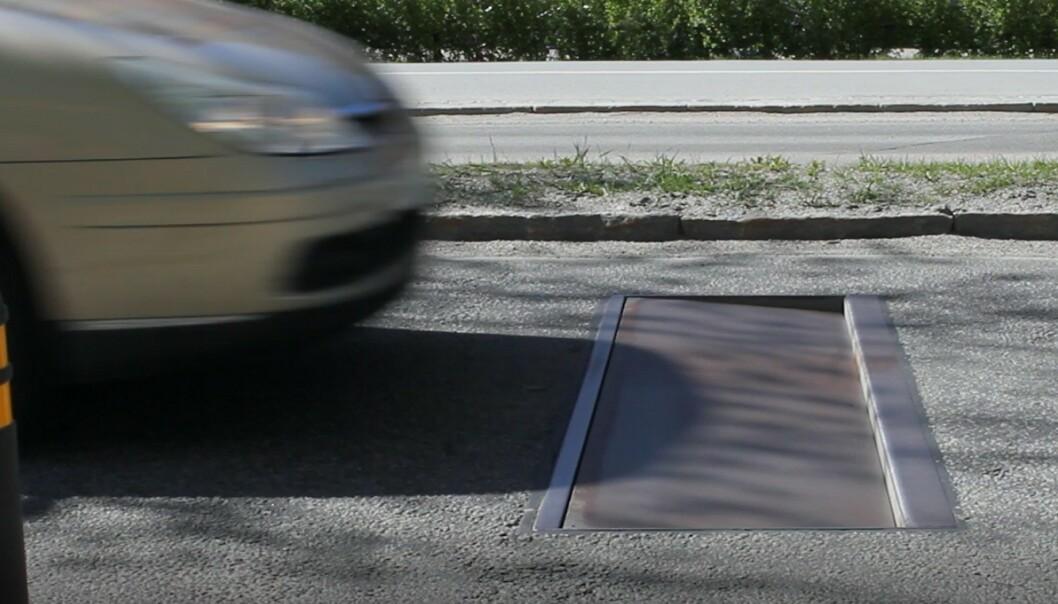 <strong>BARE FOR FORT-KJØRERE:</strong> Den intelligente fartsdumpen senker seg ned i veien bare for bilister som kjører for fort. De lovlydige merker ingen ting. Foto: Edeva.