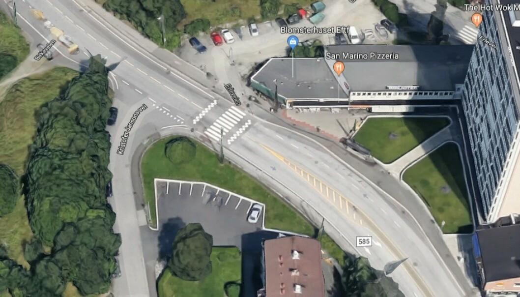 <strong>HER KOMMER NORGES FØRSTE:</strong> Her i Nattlandsveien er det mange biler, syklister og kryssende fotgjengere. I tillegg er det bolig for blinde her. Foto: Google Streetview